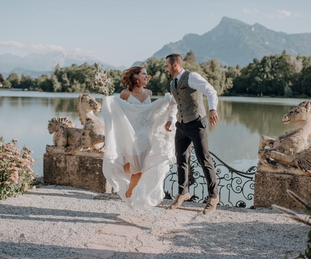 Brautpaar springt am Leopoldskroner Weiher