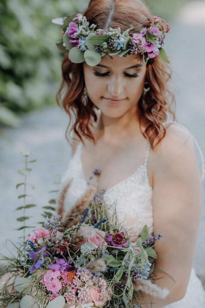 Braut mit rosa Blumenkranz und Brautstrauß