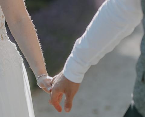 Pärchen haltet Händchen