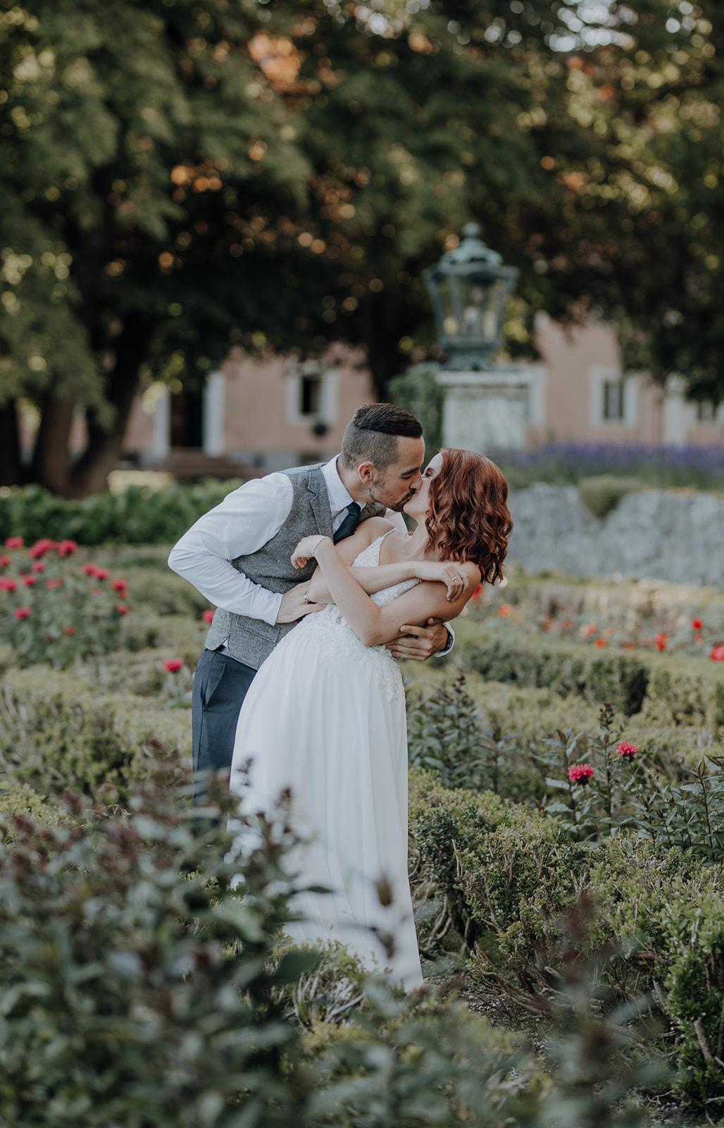 Brautpaar küsst sich in Park
