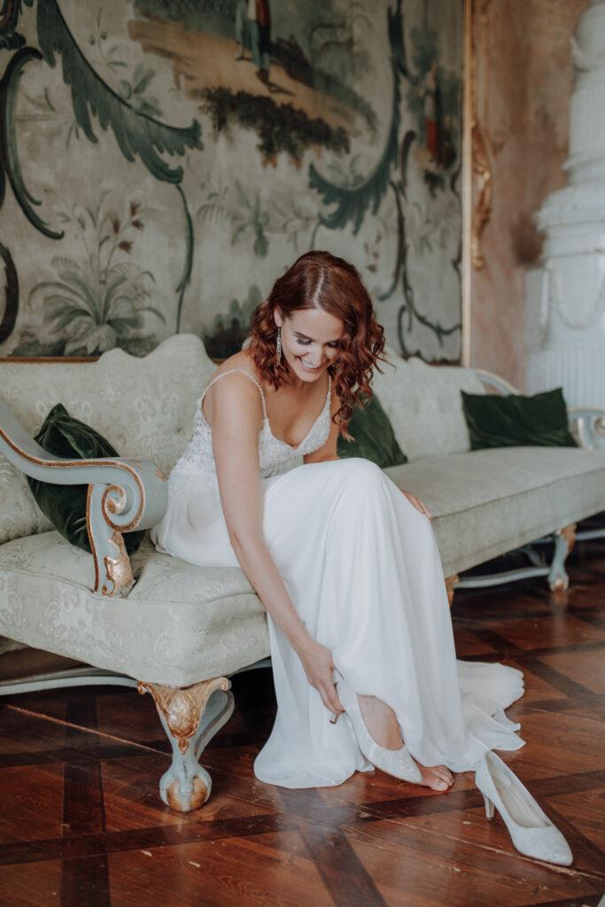 Braut bereitet sich für Trauung vor