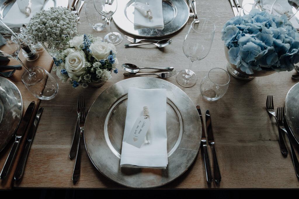 Hochzeitstafel in weiß mit silbernen Tellern