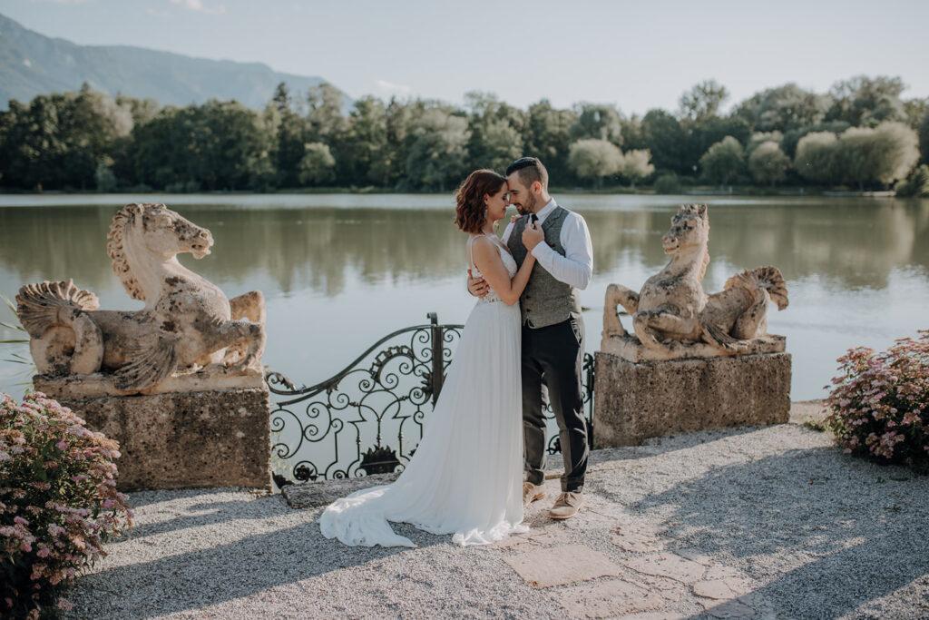 Brautpaar tanzt am Leopoldskroner Weiher
